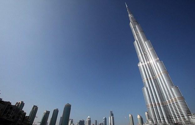 Tornet nedaifrån. Jämför med övriga byggnader