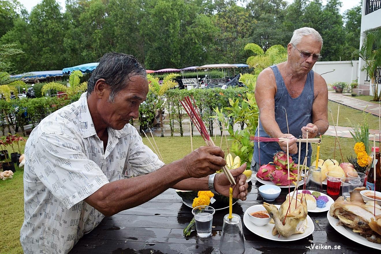 Vi satte rökelse i maten och alla andar skulle äta först. 9 är lyckotalet i  Thailand och det var noga med att vi skulle ha 9 rökelsestickor var!Mr  Shalong ... 4431abb4475d4