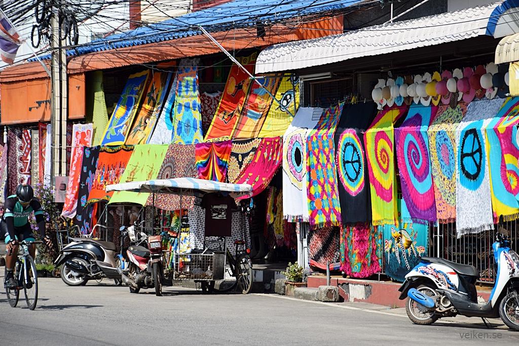 Det var redan öppet i butikerna när vi åkte genom Ban Phe. En ny sarong  någon  Innanför finns det kläder och annat att köpa. Prutat och klart! a273291f0bfb9